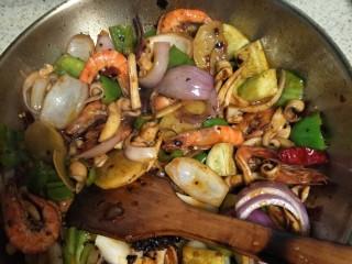 好吃到流口水的干锅鱿鱼虾,加入洋葱和土豆,一定要不断翻炒,不然会黏锅。等土豆耙掉了,放入半袋德庄火锅料,和小米辣,继续炒哦,不要停哟。