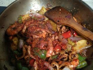 好吃到流口水的干锅鱿鱼虾,差不多快好了,最后撒上辣椒面,和孜然粉,盐,味精。不喜欢吃烧烤味的朋友可以不加孜然粉,一样的好吃。