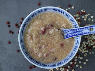 养生粥合集,成品。这次我做的小米粥里面加了薏米和红豆。要知道薏米可是很有营养价值的,不论用于滋补还是用于治病,作用都较为缓和,微寒而不伤胃。