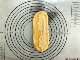 胡萝卜椰蓉卷,翻面后一侧抹上椰蓉馅。