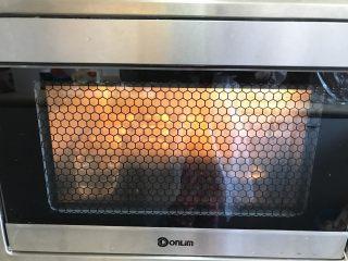 胡萝卜椰蓉卷,放入烤箱进行二发,约30分钟。