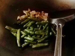 刀豆肉丝,放肉丝一起炒,加糖,盐,起锅前放味精