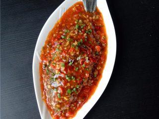 豆瓣鱼,将浓稠美味的汤汁淋在鲫鱼上,撒入适量葱花;