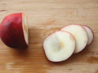 水蜜桃汽水,再取一个桃子,切几片薄片。