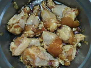 锡纸包鸡,加入适量的水,拌匀