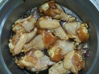 锡纸包鸡,最后放入油,拌匀后腌制20分钟
