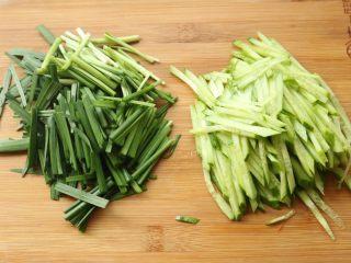 凉皮,黄瓜也切丝,韭菜切段煮熟过凉水。