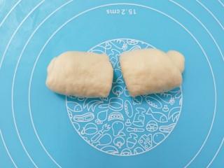 蜂蜜脆底小面包,中间切一刀。分成两个。