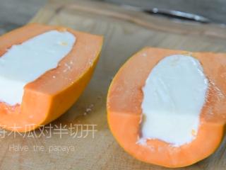 0厨艺也能轻松搞定的甜点——木瓜牛奶冻,将木瓜对半切开