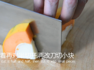 0厨艺也能轻松搞定的甜点——木瓜牛奶冻,接着再对半切开,再改刀切成小块