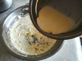 超酥淡奶油曲奇饼干,然后将晾凉的淡奶油倒入盆子里面。