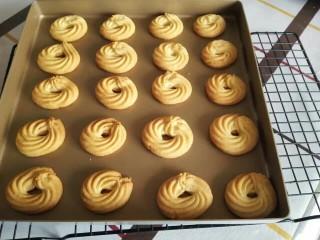 超酥淡奶油曲奇饼干,烤箱200度预热10分钟,然后用200度烤15~18分钟,看到上色即可。