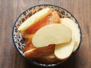 木瓜苹果瘦肉汤,苹果洗净去籽切块。(如果待用时间长,则需要放到水里,防止氧化变黄)