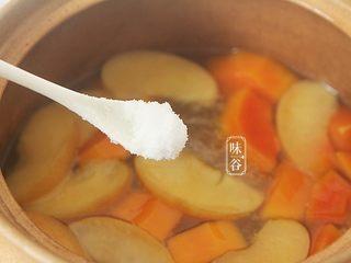 木瓜苹果瘦肉汤,关火前加入适量的食盐调味;