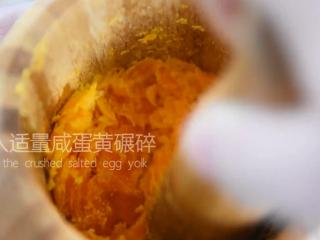 这道菜打破你对苦瓜的印象,让你从此爱上它,放入适量咸蛋黄碾碎