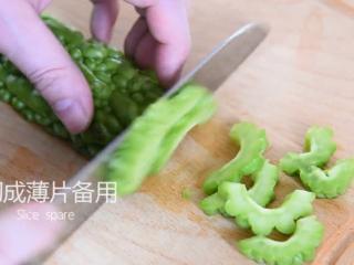 这道菜打破你对苦瓜的印象,让你从此爱上它,切成薄片备用