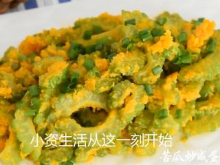 这道菜打破你对苦瓜的印象,让你从此爱上它,最好撒上少许葱花点缀即可