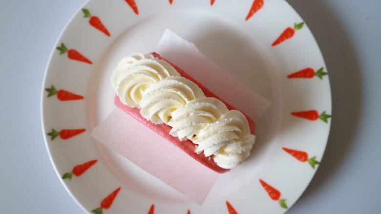 红丝绒芒果蛋糕,再在水果上挤上奶油装饰,轻轻用手将蛋糕片与淡奶油捏合