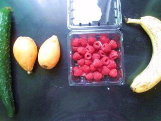 五色水果拼盘,准备水果,黄瓜、枇杷、香蕉、树莓