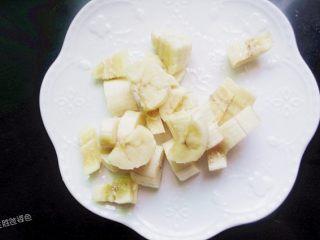 五色水果拼盘,香蕉去皮,切成小块