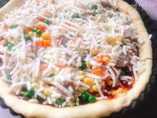 西班牙香肠披萨(快手版),再撒上一层杂菜和马苏里拉芝士碎即可。 烤箱上火180度下火175度预热,烤25分钟。