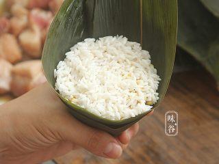 粤式海鲜咸肉粽,最后再铺一层糯米;