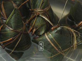 粤式海鲜咸肉粽,放入锅中,水要浸过粽面,用旺火煮2小时以上,煮到查不到干水为止。
