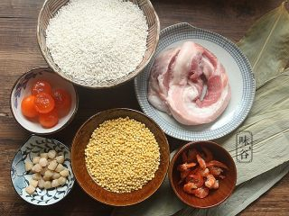 粤式海鲜咸肉粽,准备好材料。