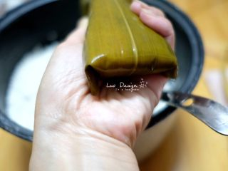 蜜枣白米甜粽,同时两侧粽叶顺着上窄下宽的形状折叠。