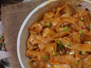 免洗凉皮,然后淋上辣油、撒上葱花即可。当然你也可以在放入黄瓜丝或者豆芽。可以根据自己的口味来放辅料