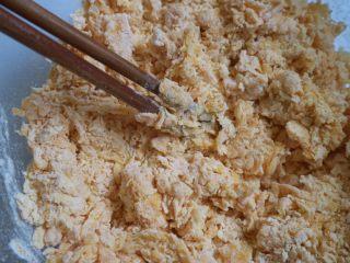 南瓜蝴蝶花卷,用筷子混合成絮状