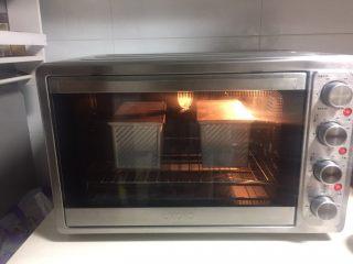 烫种牛奶吐司,烤箱提前预热,上下火190度烤40分钟。