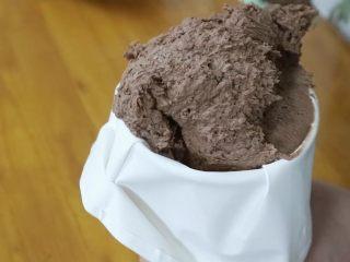 真正有巧克力的巧克力曲奇,接着将拌好的面糊装入裱花袋