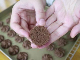 真正有巧克力的巧克力曲奇,酥松的曲奇底部会有这样蕾丝花纹