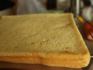 肉松小贝,略微震一下热气,拿出蛋糕片。