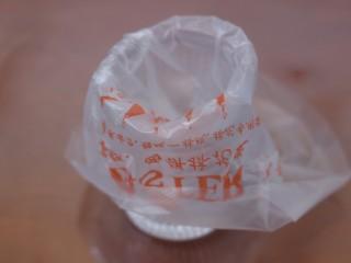 一颗草莓马芬,将裱花袋装入高杯子中