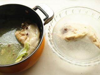 香辣口水鸡,煮好的鸡腿迅速投入冰水中降温。