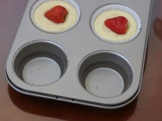 一颗草莓马芬,剩下两个模具杯子中要放上水,以免空烤对模具的损伤