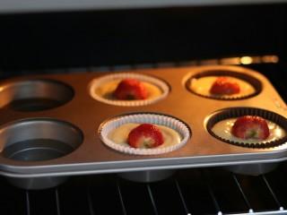 一颗草莓马芬,放入提前预热好的烤箱中180℃中下层 30分钟
