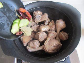 啤酒鸭,将鸭肉表面的油脂翻炒出来,炒得表面微微发黄时加入姜片和大料继续翻炒;
