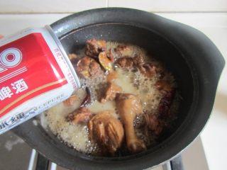 啤酒鸭,加入大罐啤酒, 没过所有的鸭肉, 大火煮开, 转为小火煮上三十分;
