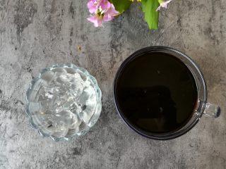 紅糖冰涼粉,吃的時候把涼粉切成小塊,加入適量的紅糖水
