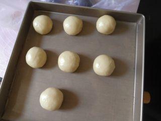 蛋黄酥黄油版,将所有包好的面团 盖上保鲜膜送入冰箱冷藏松弛20分钟