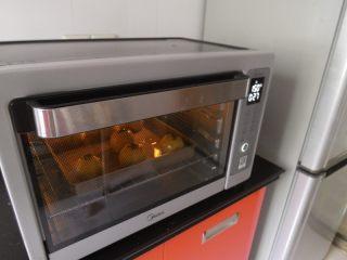 蛋黄酥黄油版,最后送入烤箱150度烤20分钟 在转160度烤10分钟。
