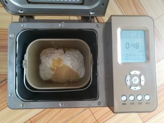 黄豆粗粮迷你汉堡,主配方中所有材料按照先液体再粉末的顺序放入面包机里,选择发面程序48分钟