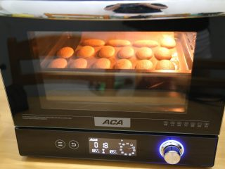 树莓之恋慕斯,放入ACA语音烤箱中层,,180度12分钟左右即可,取出放凉备用
