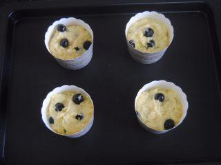 蓝莓宝顶麦芬,装入杯子里面,烤箱180度预热