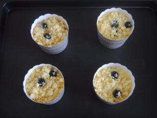 蓝莓宝顶麦芬,把酥粒放上