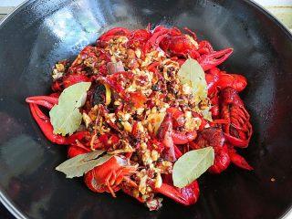 麻辣啤酒小龙虾,另起一锅,烧热注入少许油,将小龙虾倒入翻炒一分钟,再放入已炒好的配料和大料