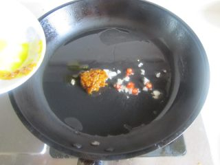酸汤肥牛,烧热锅, 放入少许油, 下入黄辣椒酱和葱姜蒜末翻炒;